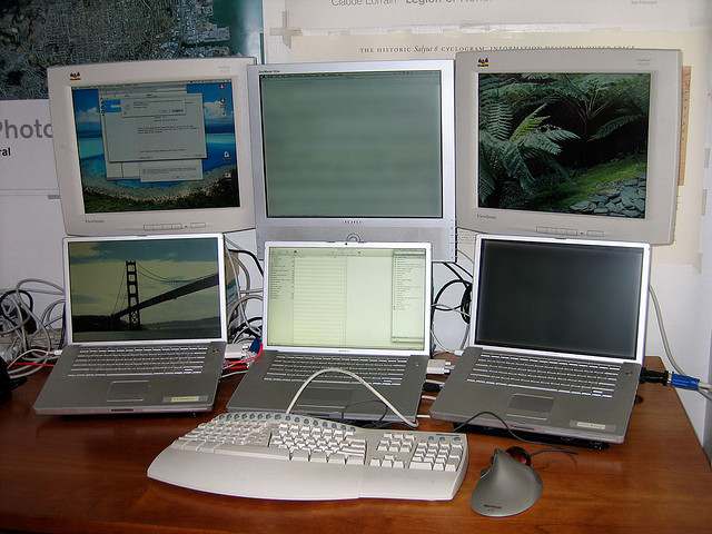 computers (photo by flickr user Jose Camoes Silva, https://creativecommons.org/licenses/by/2.0/legalcode)